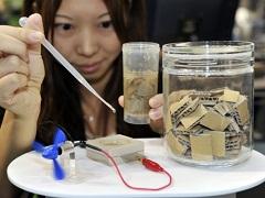 Papírhulladékot elektromossággá alakító bio-akkumulátor