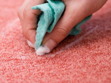Hogyan tüntessük el a foltot a padlószőnyegből?