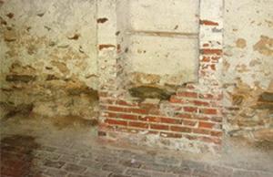 Megoldás a csúnyán málló vakolatokra, felázott falazatra