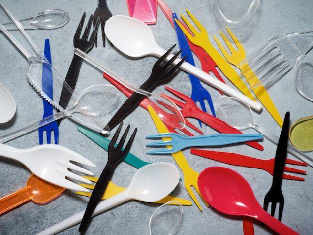 Betiltják az egyszer használatos műanyag eszközöket