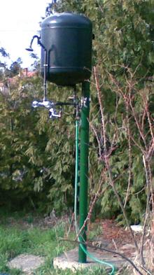 A kisipari kivitelezésű, tartályos kerti zuhanyozó vízhőfokát már keverőcsappal lehet szabályozni
