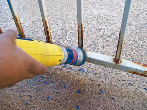 Festék eltávolítása kerítésről