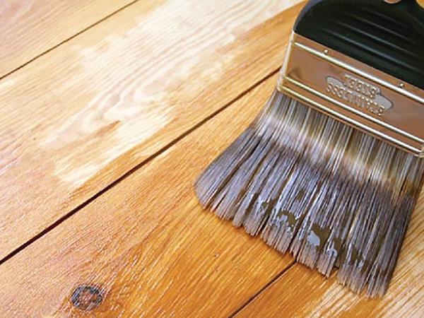 Csiszolt fapadlók lakkozása
