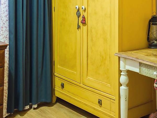 A sárga szekrény